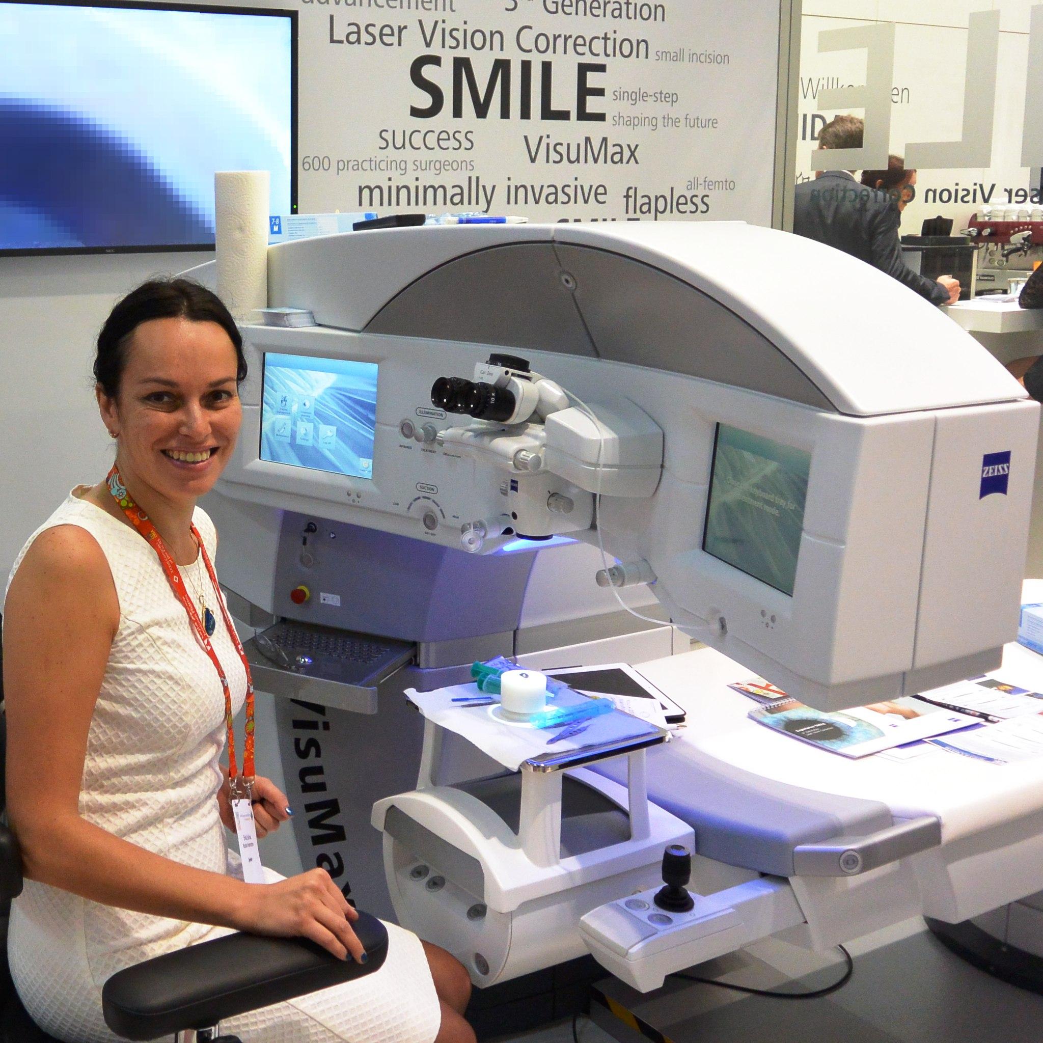Профессор Эскина в лаборатории на конгрессе офтальмологов в Барселоне объясняет коллегам, как достигать 100% зрения при помощи лазера VisuMax Zeiss. Сентябрь 2015